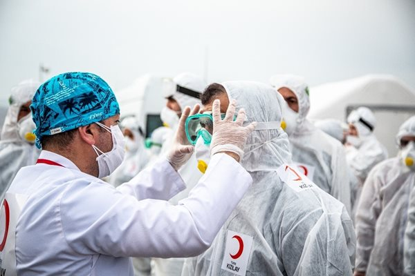 Members of the Turkish Red Crescent put on personal protective equipment